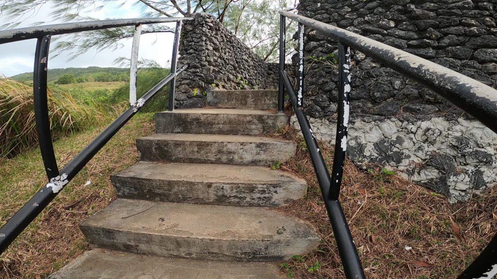 セッティ湾展望台上段に向かう階段の出口