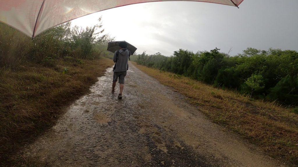 マーボー洞窟への道中で雨
