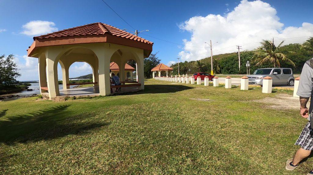 イナラハン天然プールの駐車場と休憩所
