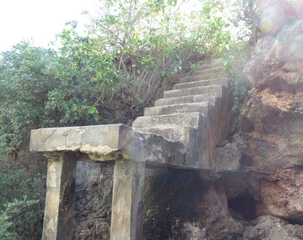 イナラハン天然プールの離れ小島の朽ちた階段