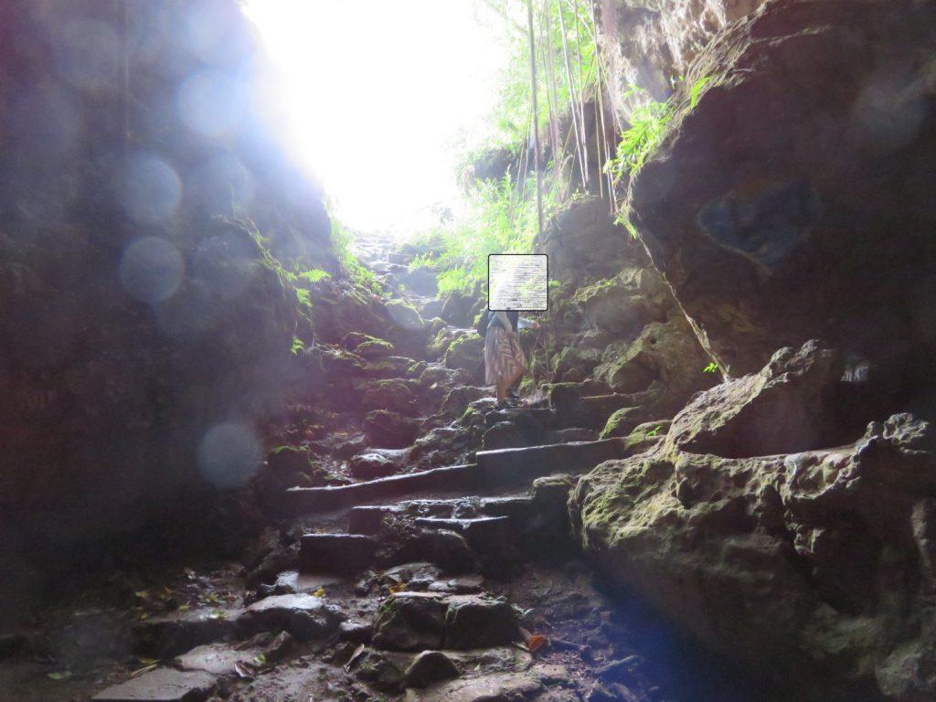 マーボー洞窟入ってすぐの階段