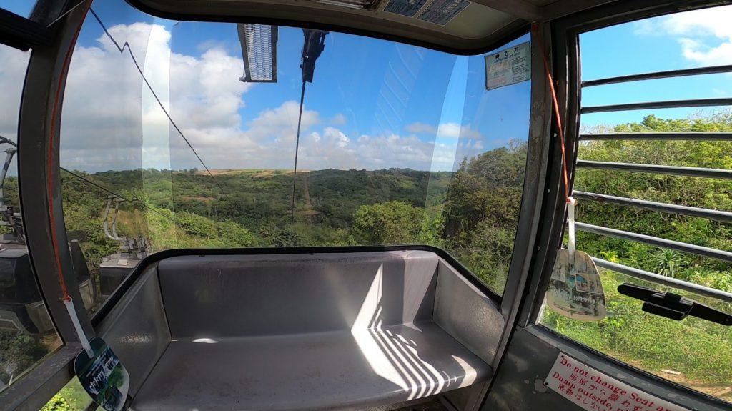 ケーブルカー内部と外の景色