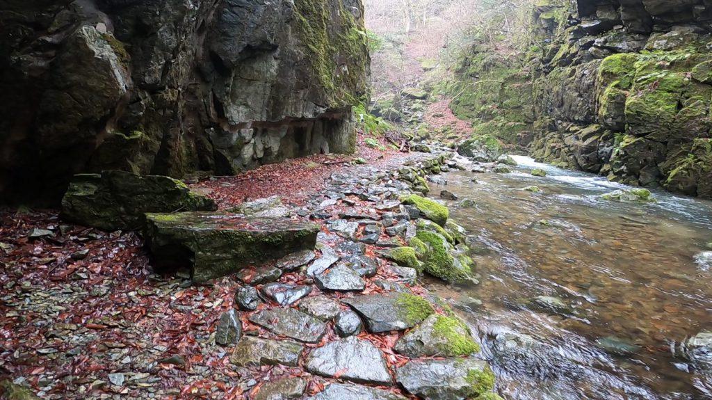 不動滝に続く石畳の道