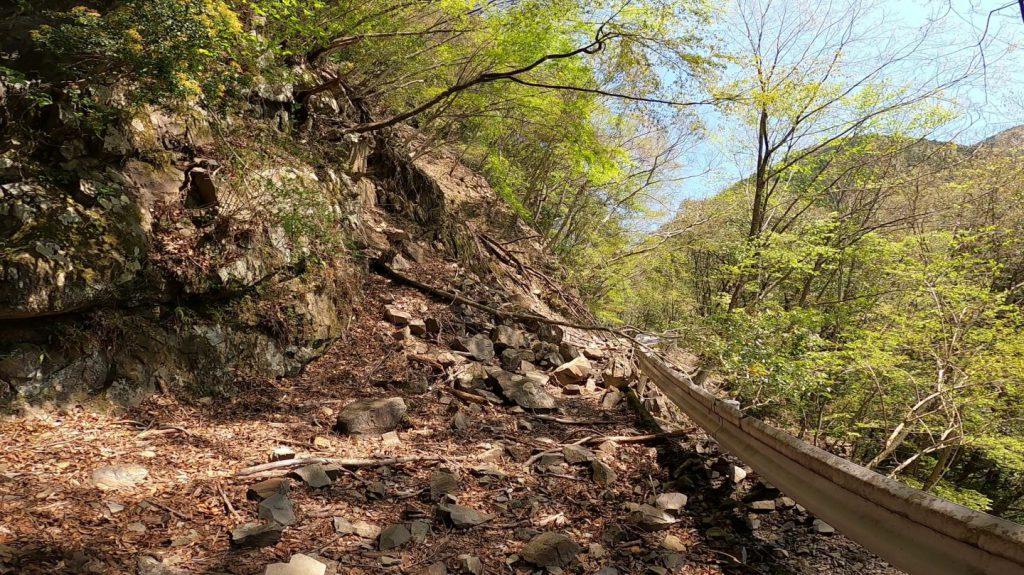 土砂崩れによりふさがれた道