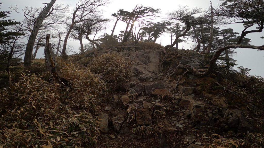 岩々が並ぶ道