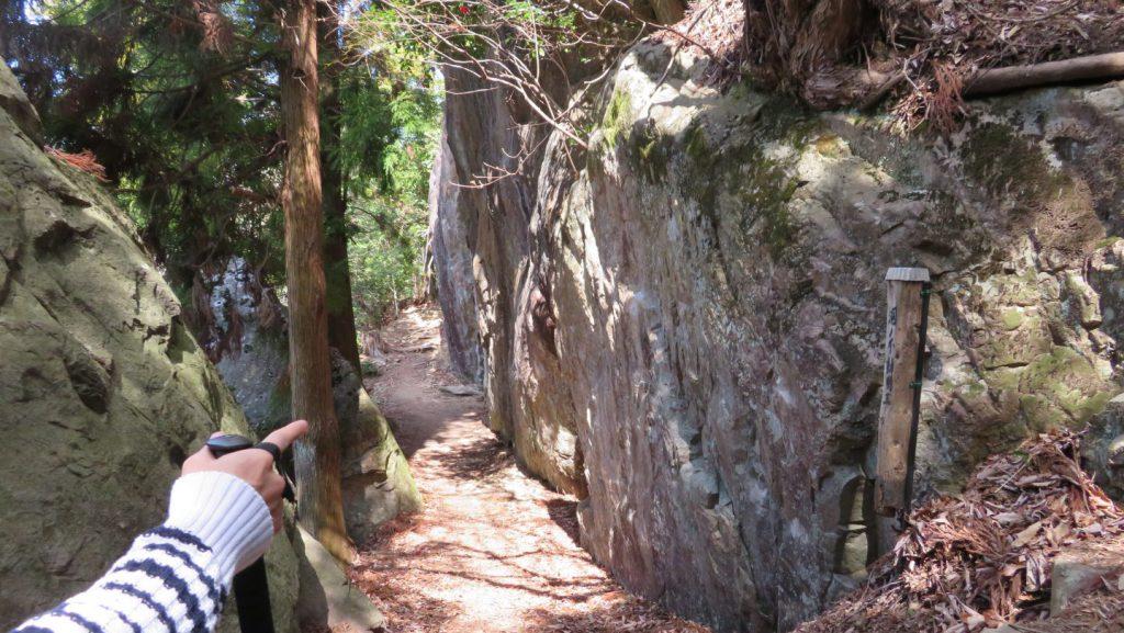 大岩に挟まれた細い道