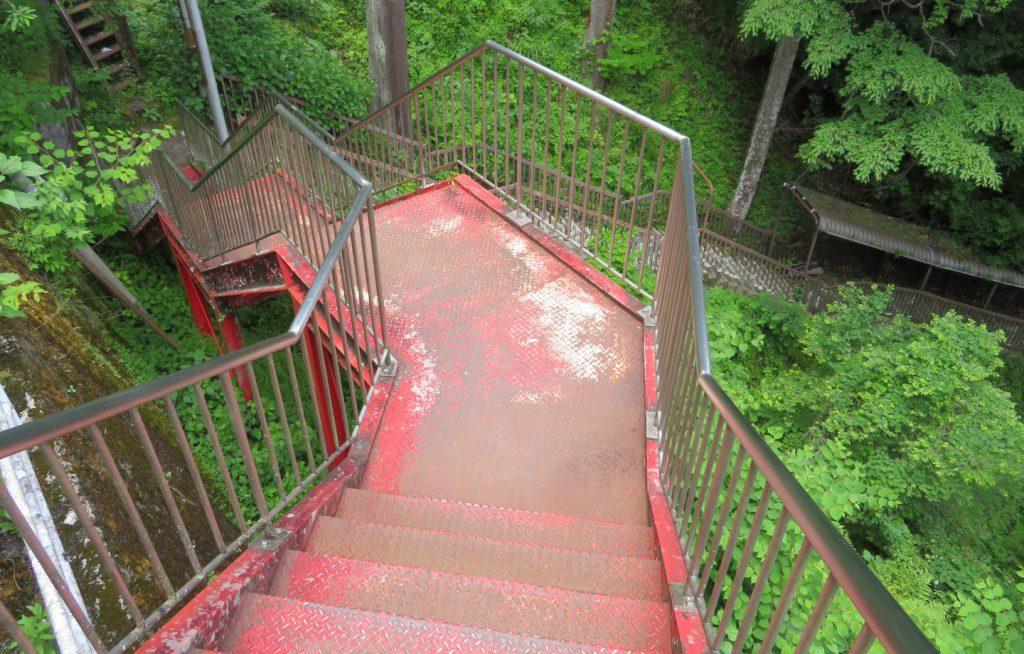 不動窟鍾乳洞に向かう129段の階段