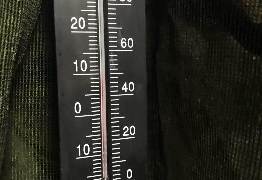 高鉢山風穴の温度計