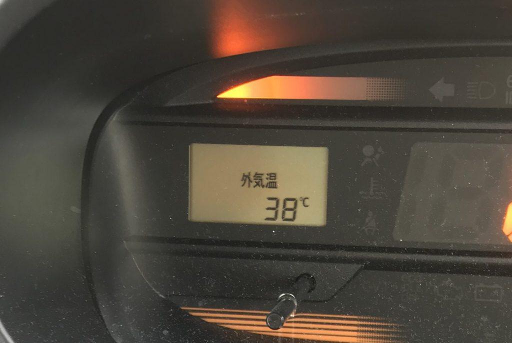 38度を示す外気温