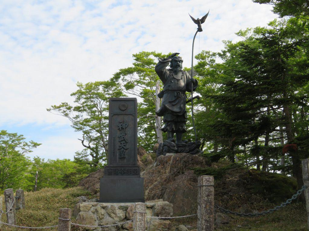 牛石ヶ原の神武天皇像