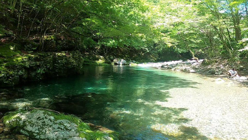 観音峯登山口休憩所前の川