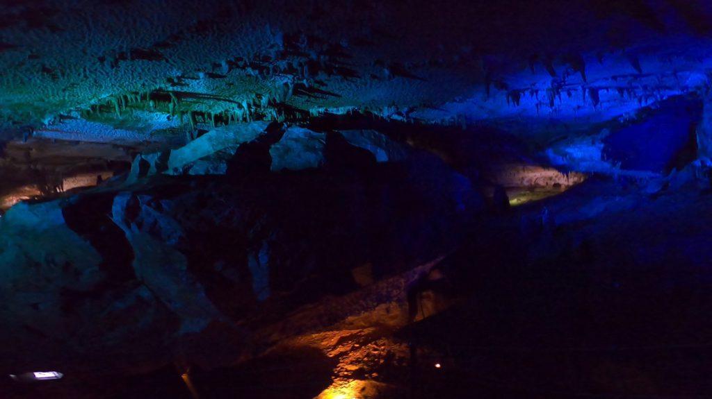 ライトアップされた面不動鍾乳洞内部