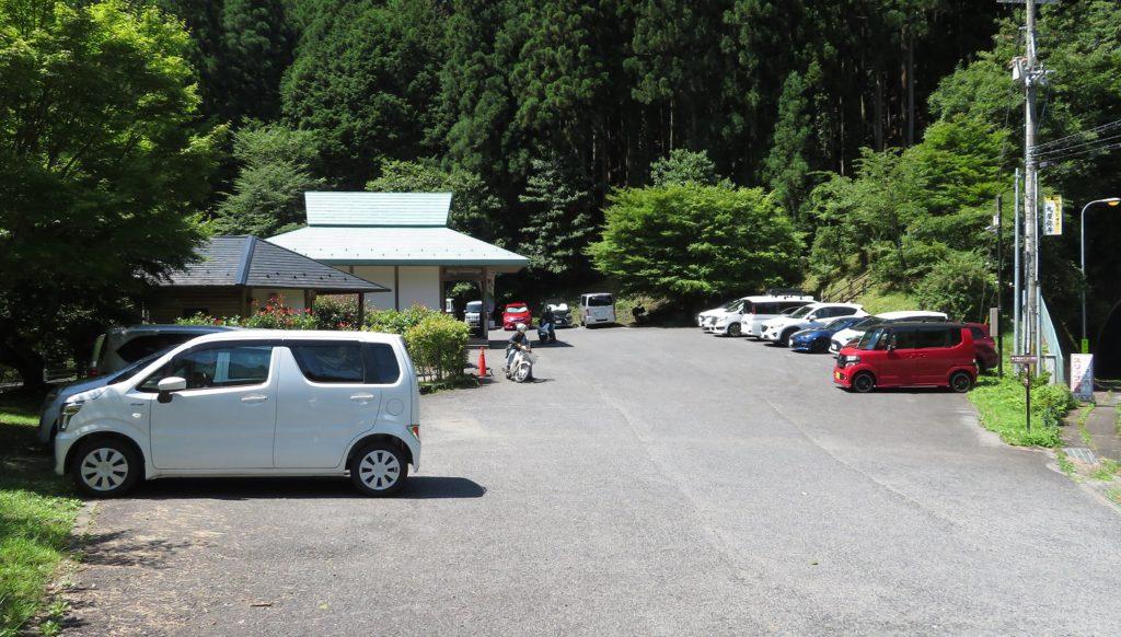 観音峯登山口休憩所の駐車場